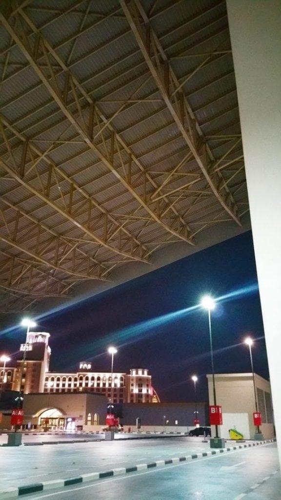 """سكي دبي - صورة من موقف السيارات الخارجي للمجمع وفي الاعلى ترون منحدر """"جبل"""" سكي دبي. مذهل!"""