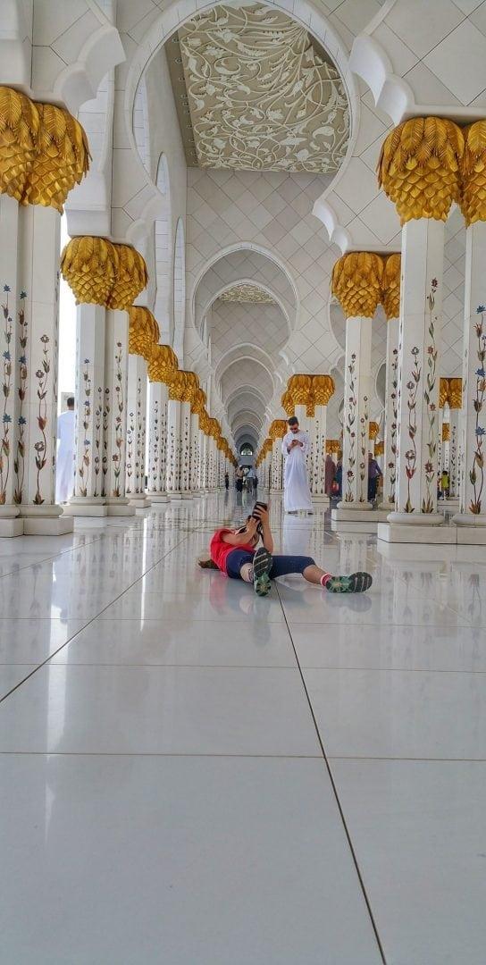 جامع الشيخ زايد - لو رآها الحراس لمنعوها... ممنوع الجلوس ولا حتى النزول على الركبتين الا في أماكن مخصصة