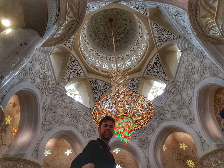 جامع الشيخ زايد - ثريا جميلة جدا ما عدا القسم السفلي. اللون الأخضر والأحمر غير متناسقين مع باقي الوان المسجد في نظري