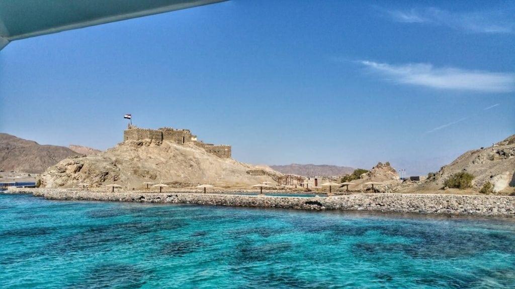 محطة الغوص الثالثة بجانب جزيرة فرعون، وأعلاها قلعة صلاح الدين