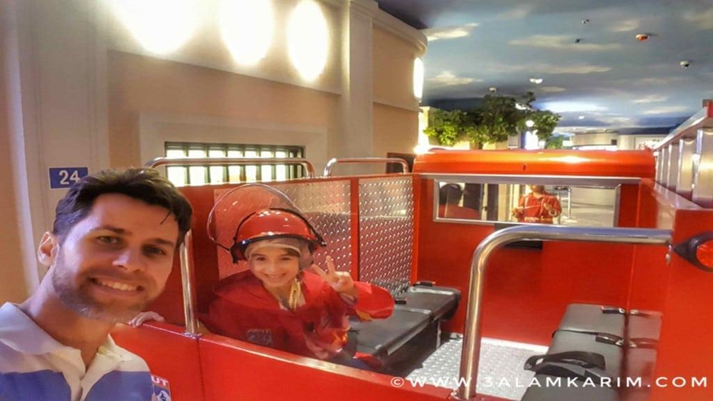 لينه متحمسة جدا لركوب سيارة الإطفاء الصغيرة (وأبوها أيضا! ?)