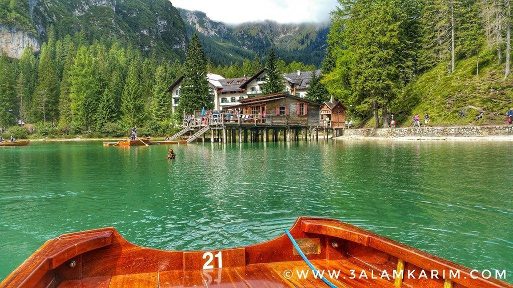صورة من القارب في بحيرة برايس Lago di Braies