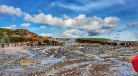 أيسلندا - الناس ينتظرون تفجر الجييزر في Geysir
