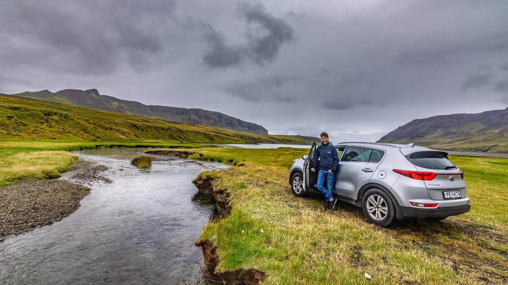 نحن استأجرنا سيارة ذات دفع رباعي مما يسهل الدخول إلى  المناطق الجبلية. كما أن كون السيارة عالية يساعد مع الأولاد الصغار 😊 على كل، يمكن استئجار سيارة أصغر بكثير.